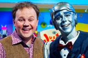 Justin's House. Image shows from L to R: Justin (Justin Fletcher), Robert the Robert (Steven Kynman).