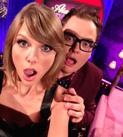 Alan Carr: Chatty Man. Image shows from L to R: Taylor Swift, Alan Carr. Copyright: Open Mike Productions.