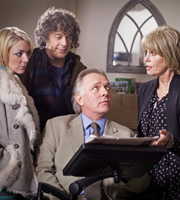 Jonathan Creek. Image shows from L to R: Joey Ross (Sheridan Smith), Jonathan Creek (Alan Davies), D.I. Gideon Pryke (Rik Mayall), Rosalind Tartikoff (Joanna Lumley). Copyright: BBC.