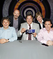 QI. Image shows from L to R: Alan Davies, Fred MacAulay, Stephen Fry, Sandi Toksvig, Rob Brydon. Image credit: TalkbackThames.