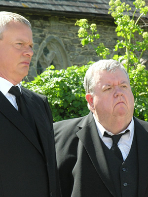 Doc Martin. Image shows from L to R: Dr Martin Ellingham (Martin Clunes), Bert Large (Ian McNeice). Copyright: Buffalo Pictures / Homerun Productions.