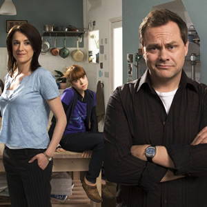 Lead Balloon. Image shows from L to R: Mel (Raquel Cassidy), Sam (Antonia Campbell-Hughes), Rick Spleen (Jack Dee). Copyright: Open Mike Productions.