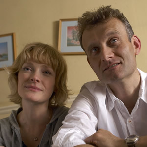 Outnumbered. Image shows from L to R: Sue (Claire Skinner), Pete (Hugh Dennis). Copyright: Hat Trick Productions.