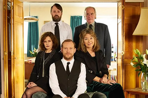 Back. Image shows from L to R: Cass (Louise Brealey), Stephen (David Mitchell), Andrew (Robert Webb), Uncle Geoff (Geoffrey McGivern), Ellen (Julia Deakin). Copyright: That Mitchell & Webb Company / Big Talk Productions.