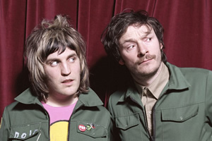 The Mighty Boosh. Image shows from L to R: Vince Noir (Noel Fielding), Howard Moon (Julian Barratt). Copyright: Baby Cow Productions.