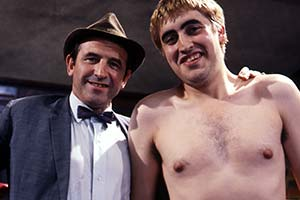 The Losers. Image shows from L to R: Sydney Foskett (Leonard Rossiter), Nigel (Alfred Molina). Copyright: Associated Television.