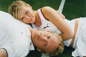 Wimbledon. Image shows from L to R: Lizzie Bradbury (Kirsten Dunst), Peter Colt (Paul Bettany).