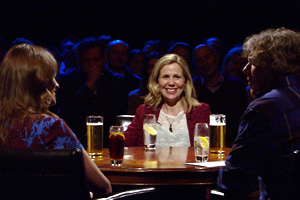 Alan Davies: As Yet Untitled. Image shows from L to R: Ellie Taylor, Sally Phillips, Alan Davies. Copyright: Phil McIntyre Entertainment.