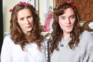 Drunk History. Image shows from L to R: Elsie Wright (Catherine Tate), Frances Griffiths (Mathew Horne). Copyright: Tiger Aspect Productions.