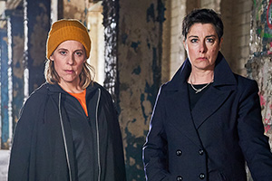 Hitmen. Image shows from L to R: Jamie (Mel Giedroyc), Fran (Sue Perkins). Copyright: Tiger Aspect Productions.