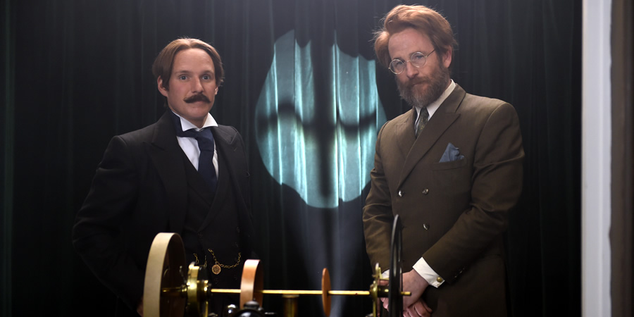 Drunk History. Image shows from L to R: Gordon Selfridge (Jamie Laing), John Logie Baird (Paul Kaye). Copyright: Tiger Aspect Productions.