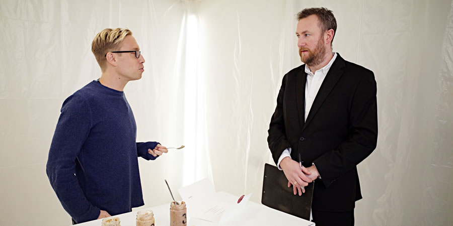 Taskmaster. Image shows from L to R: Russell Howard, Alex Horne. Copyright: Avalon Television.