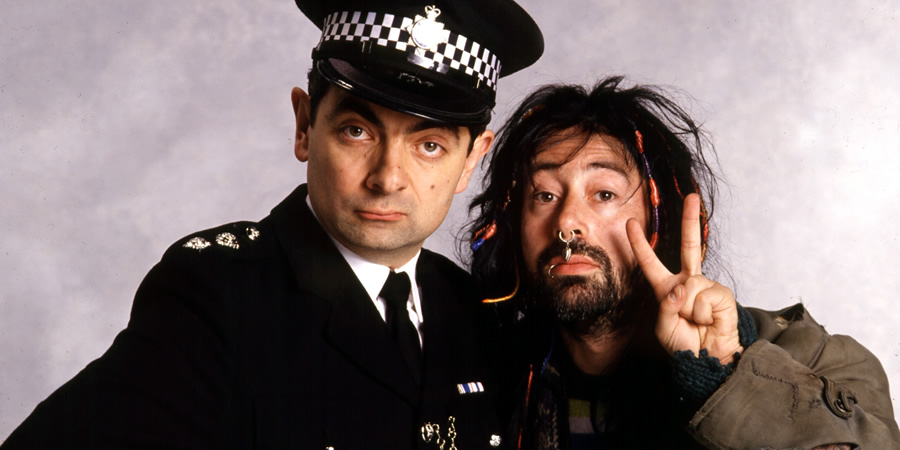 The Thin Blue Line. Image shows from L to R: Inspector Fowler (Rowan Atkinson), Traveller Boyfriend (Ben Elton). Copyright: Tiger Aspect Productions.