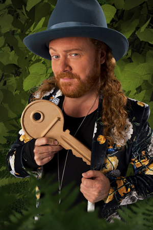 Through The Keyhole. Leigh Francis. Copyright: Talkback.
