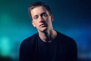 Daniel Sloss delays book